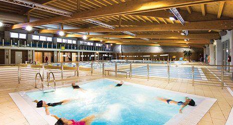 na piscina con  5 ragazze sdraiate durante un idromassaggio a Rimini