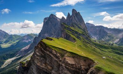 Le montagne che circondano il ostello irguiéndose maestose indossa il verde della primavera