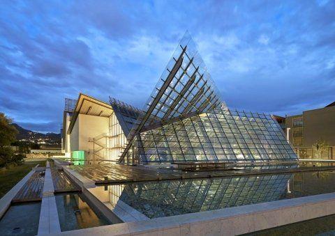 Vista da lontano di un edificio moderno in vetro