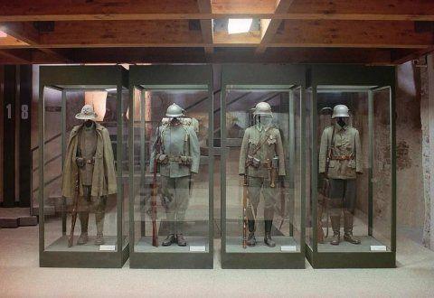 4 vetrine con dei manichini vestiti da soldati