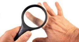 dermatologo controlla macchine della pelle con lente di ingrandimento