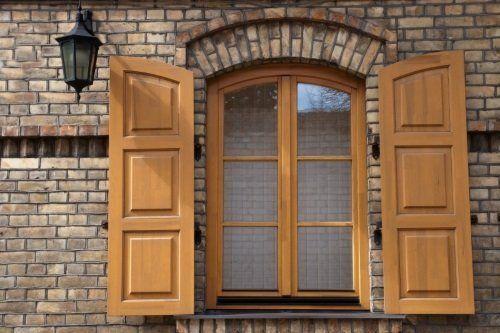 una finestra con due persiane in legno chiaro