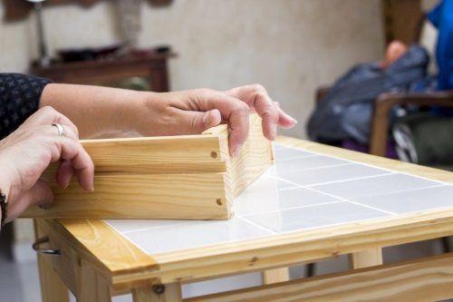due mani con una guida di legno