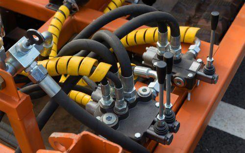 tubature fissate ad una struttura metallica arancione