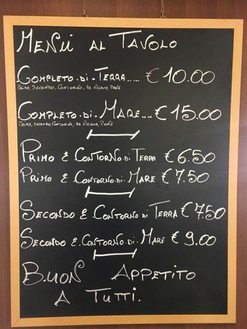 lavagna con menu al tavolo