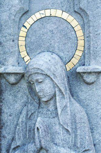 scultura in marmo di vergine con aureola