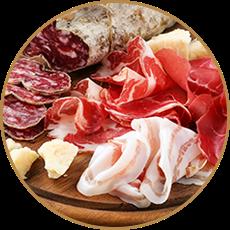 Tagliere di salumi con coppa, pancetta e salame e pezzi di formaggio