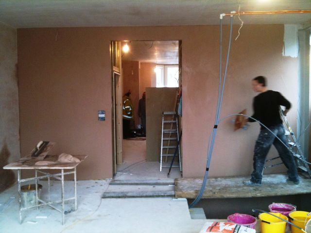 A member of the Astra Plastering team palstering an interior wall