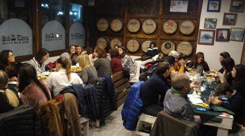 tavoli con clienti all'interno del locale