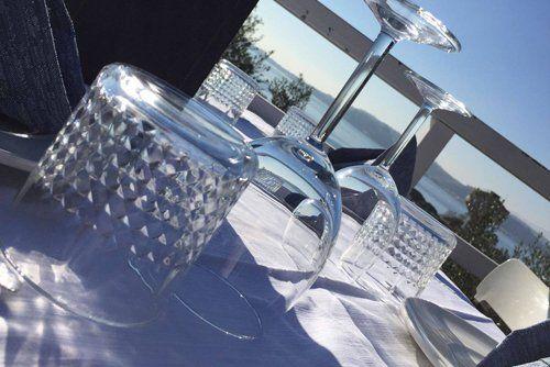 diversi tipi di bicchieri sul tavolo