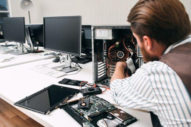 uomo che ripara un computer