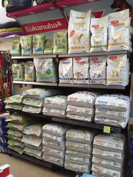 scaffali con sacchi di mangime per animali