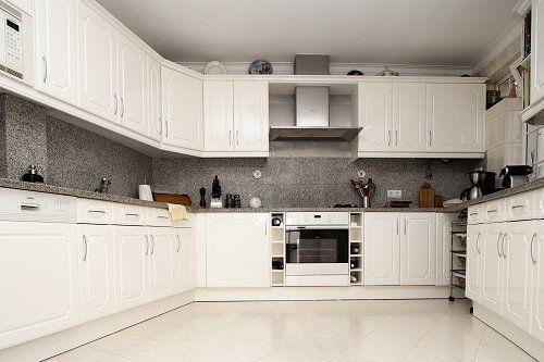 Cucina bianca di legno