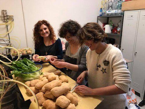 tre donne che preparano dei panini