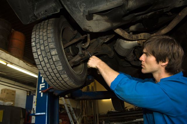 Mechanic providing truck repair service in Elyria, OH
