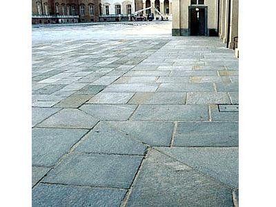 pavimento  in pietra in una piazza