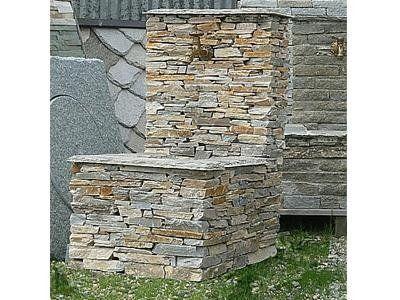 vista frontale  di una fontana in pietra