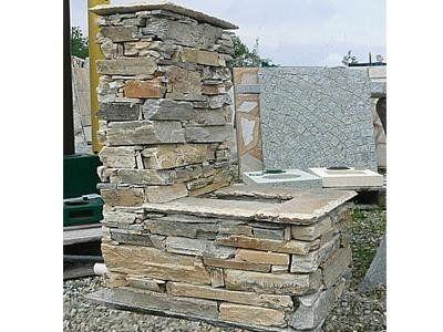 vista laterale di una fontana in pietra
