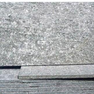 particolare di pannelli in pietra