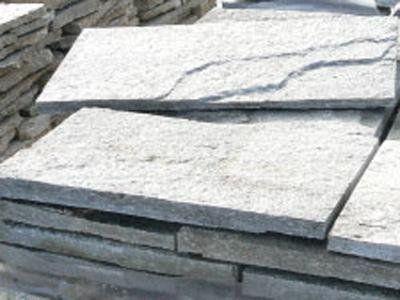 pila di pannelli in pietra
