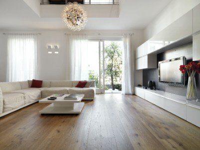 Salone con sofà chiaro, mobili bianchi e tavolino