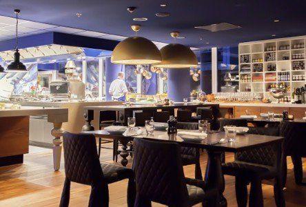 Vista di un ristorante con tavoli e sedie neri