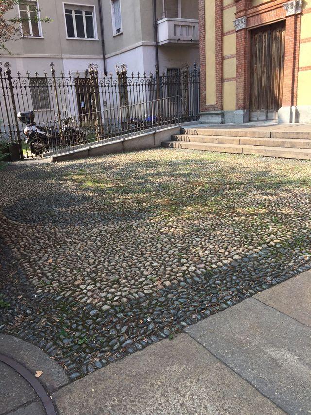 cortile con pavimentazione in mosaico di pietra