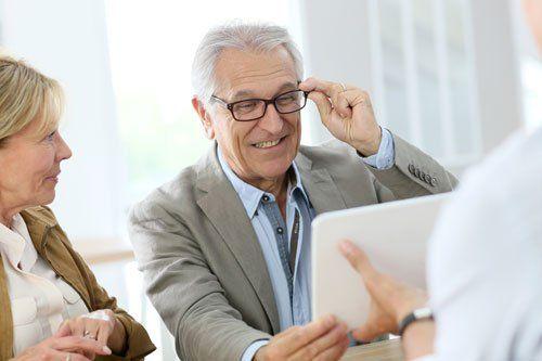 una signora e un signore che sta provando degli occhiali da vista