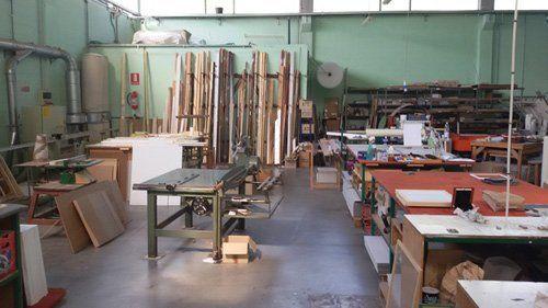 Vista del workshop dove si vedono le varie legni che usano
