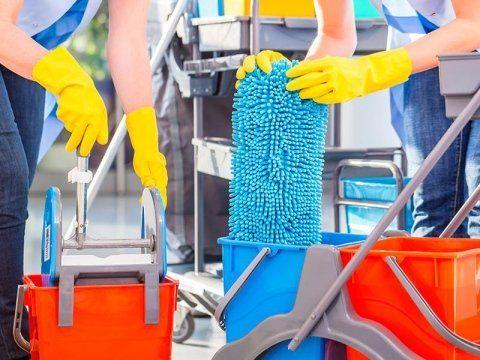inservienti con attrezzature per pulizie