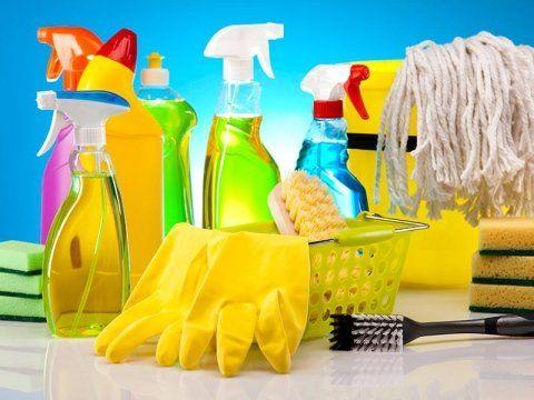guanti e prodotti per pulizie