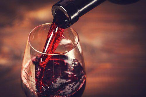 versare vino rosso nel calice