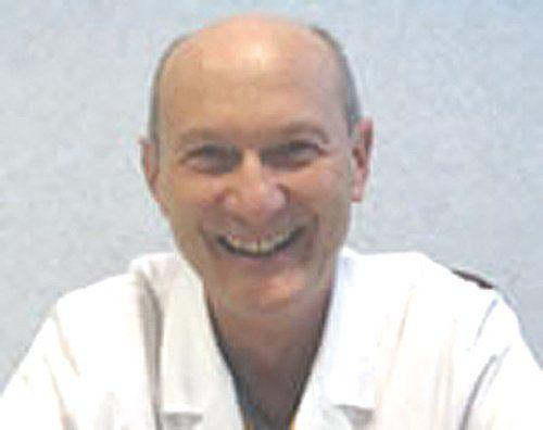 Un primo piano del dr. Micky Salvar