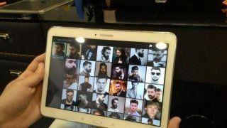 tablet con proposte di acconciatura uomo
