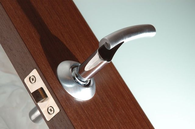 montaggio porte, sbloccaggio porte, interventi su porte blindate