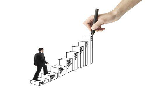fotomontaggio di un uomo che percorre una scalinata disegnata