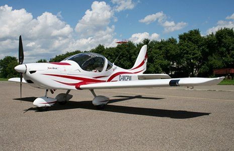 un aereo bianco a strisce rosse