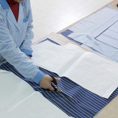 una sarta che taglia un tessuto
