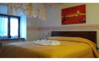 camera matrimoniale con coperte gialle