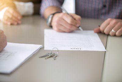 delle mani che stanno firmando un contratto