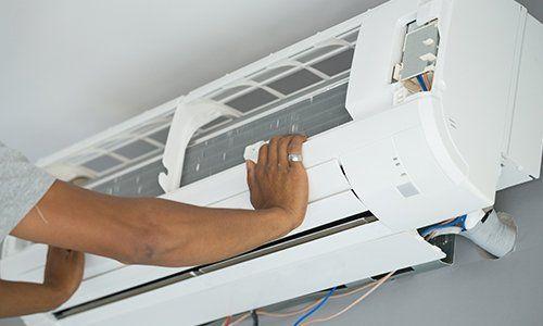 due mani appoggiate su un condizionatore