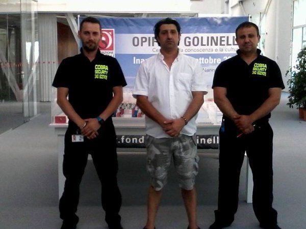 due guardie di sicurezza e un uomo al centro