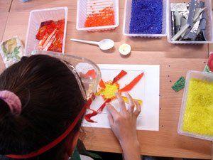 Donna dipinge vetro a mano a Teolo
