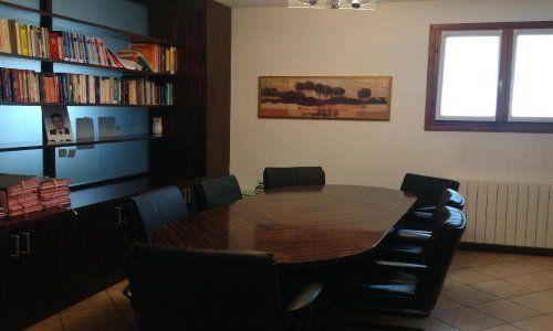 Studio con una tavola e sette sedie