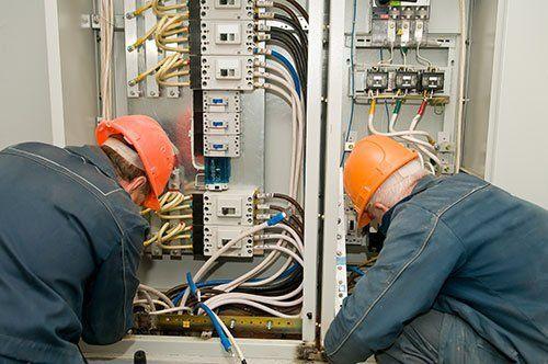 Due operai che lavorano ad un impianto elettrico
