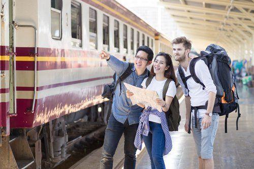 turisti chiedono indicazioni in stazione ferroviaria