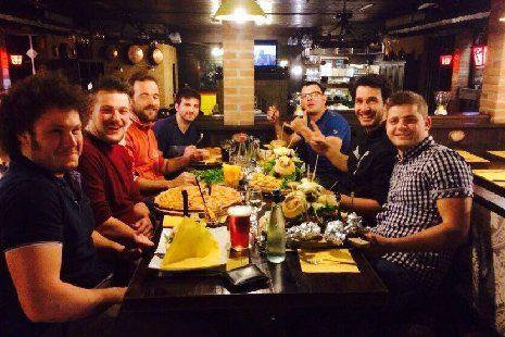 Gruppo di amici che mangia al ristorante a Zanè