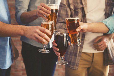 Un gruppo di amici con bicchieri di birra per un brindisi  a Zanè