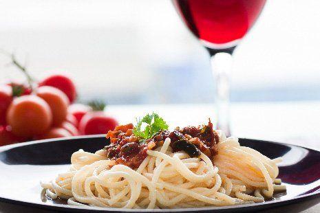 Gli spaghetti con un bicchiere di vino rosso a Zanè