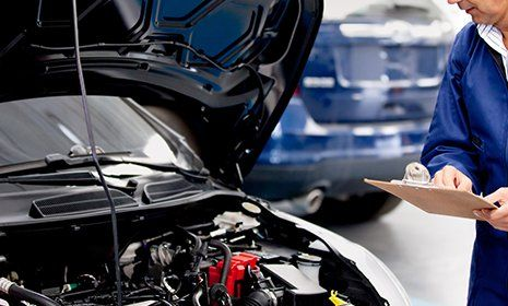 Meccanico analizza un motore aperto